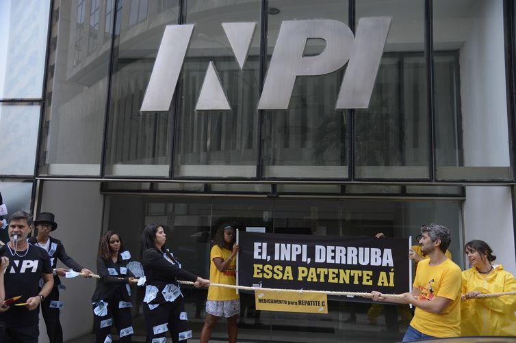 Entidades fazem ato pelo uso de medicamentos genéricos no tratamento da hepatite C, em frente à sede do Instituto Nacional da Propriedade Industrial (Inpi), no centro do Rio.