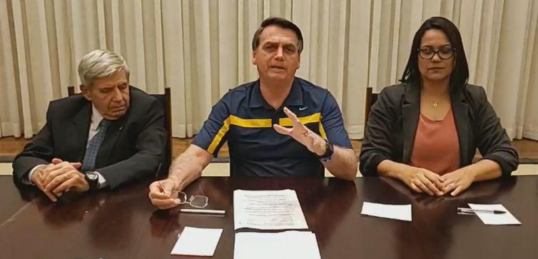 O presidente Jair Bolsonaro e o ministro Augusto Heleno participam de live semanal