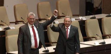 Novo presidente de Cuba, Díaz-Canel  e Raúl Castro durante solenidade de posse