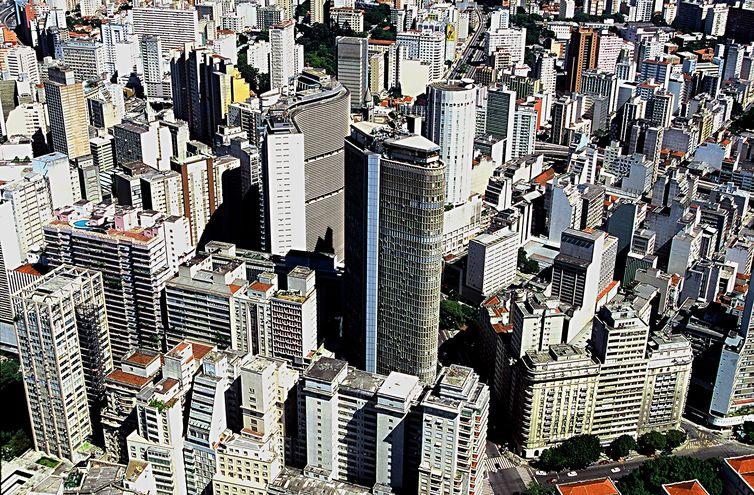 - Temperatura caiu para 9,1 graus em São Paulo,mas nas estações meteorológicas na Capela do Socorro e em Perus termômetros marcaram 5,3º e 5,9º  stro