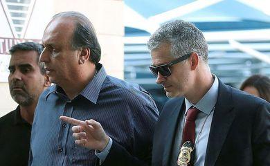 BRA02 RIO DE JANEIRO (BRASIL), 29/11/2018.- El Gobernador de Rio de Janeiro Luiz Fernando Pezão (c), llega a la Policcia Federal arrestado por corrupción en el operativo Lava Jato hoy, 29 de noviembre de 2018 en la ciudad de Rio de Janeiro,