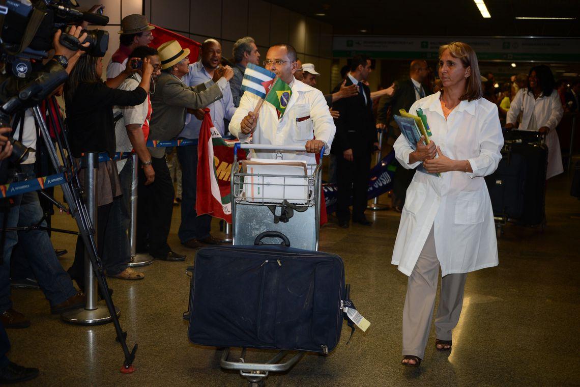 Em outubro de 2013, médicos cubanos desembarcavam em Brasília contratados pelo Programa Mais Médicos