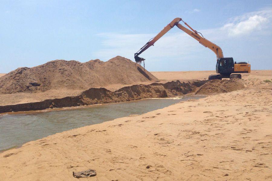 Vitória (ES) - Foz do Rio Doce começa a ser aberta em Regência para reduzir impactos do rompimento da barragem em Mariana (MG) (Divulgação prefeitura de Linhares)