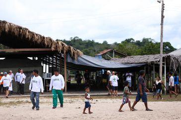 Assunção do Içana (Amazonas) Crianças indígenas no polo Base de saúde indígena em Assunção do Içana (Foto: Marcelo Camargo/Agência Brasil)