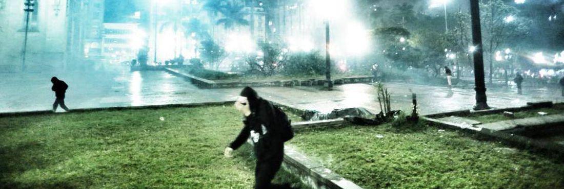 Praça da Sé é alvejada por bombas de Gás Lacrimogeneo na chegada de milhares de estudantes em São Paulo