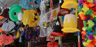Venda de adereços e fantasias movimentam comércio popular