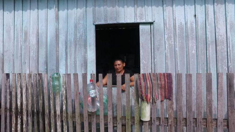Maricélia Moura dos Santos vive em uma palafita em Ananindeua, Pará, sem coleta de esgoto nem acesso à água tratada