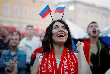 Torcedora russa na cidade de Nihzny Novgorod, acompanha partida contra o Egito