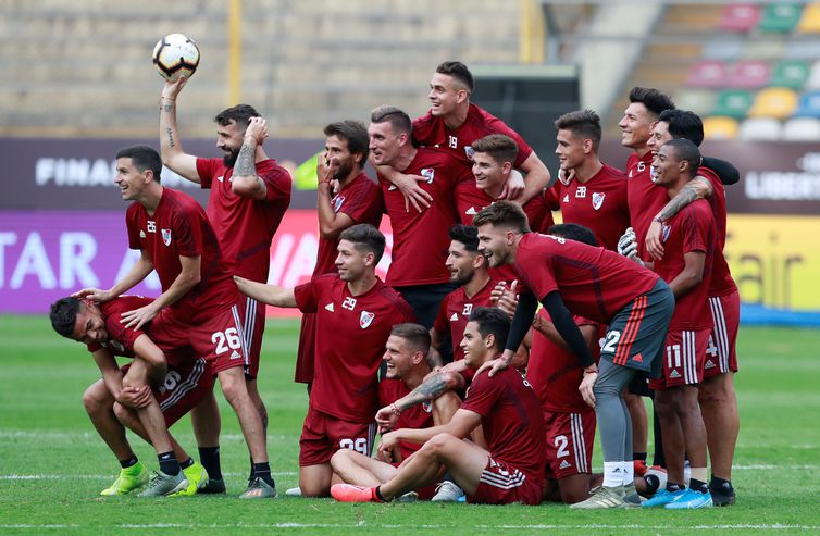 Soccer Football - Copa Libertadores - River Plate Stadium Visit - Monumental Stadium, Lima, Peru - November 22, 2019 River Plate players pose for a team group photo during training REUTERS/Henry Romero