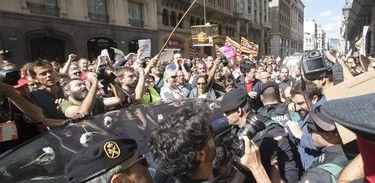Cidadãos catalães protestam contra ação da Guarda Civil espanhola nos órgãos públicos, para apreensão de documentos contra a realização de referendo separatista
