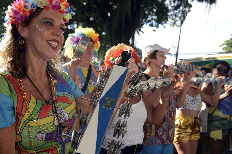 Bloco Tá Pirando, Pirado, Pirou! desfila na Urca, zona sul do Rio no domingo de pré-carnaval