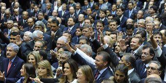 Deputadas ao fazerem o juramento na posse da atual legislatura, em fevereiro de 2011