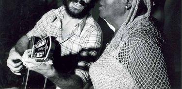 Encontro de Clementina de Jesus e João Bosco no Projeto Pinxuiguinha, da Funarte, que circulou show de duplas de artistas populares pelo país. Acervo-Funarte.