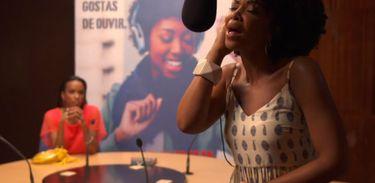 Jikulumessu - Djamila canta no estúdio da rádio
