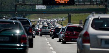 São Paulo - Motoristas enfrentam lentidão para sair de São Paulo, no sentido litoral, pelo Sistema Anchieta-Imigrantes, que liga a capital paulista à Baixada Santista