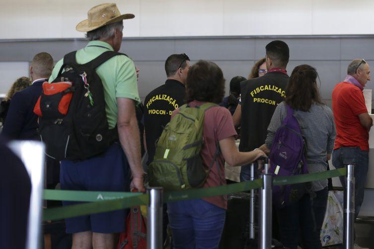 Representantes do Procon, Prodecon, MPDFT e OAB-DF participam da Blitz Nacional dos Aeroportos para fiscalizar a cobrança da franquia de bagagem, no Aeroporto Internacional de Brasília.