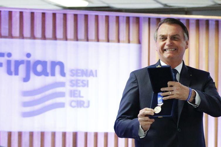 O presidente da República, Jair Bolsonaro, recebe a Medalha do Mérito Industrial na Federação das Indústrias do Estado do Rio de Janeiro (FIRJAN).