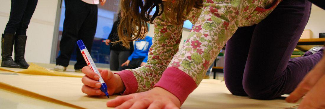 Criança portadora de autismo participa de atividade pedagógica