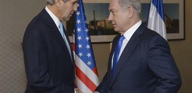 Primeiro-ministro israelense Benjamin Netanyahu e o secretário de Estado norte-americano John Kerry se encontra em Berlim, na Alemanha. Foto divulgada pelo governo israelense