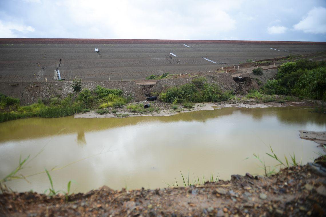 A proximidade entre as atividades de mineração e os bairros da cidade e a possibilidade de intoxicação por metais pesados liberados durante a extração do ouro deixam a população preocupada. (José Cruz/Agência Brasil)