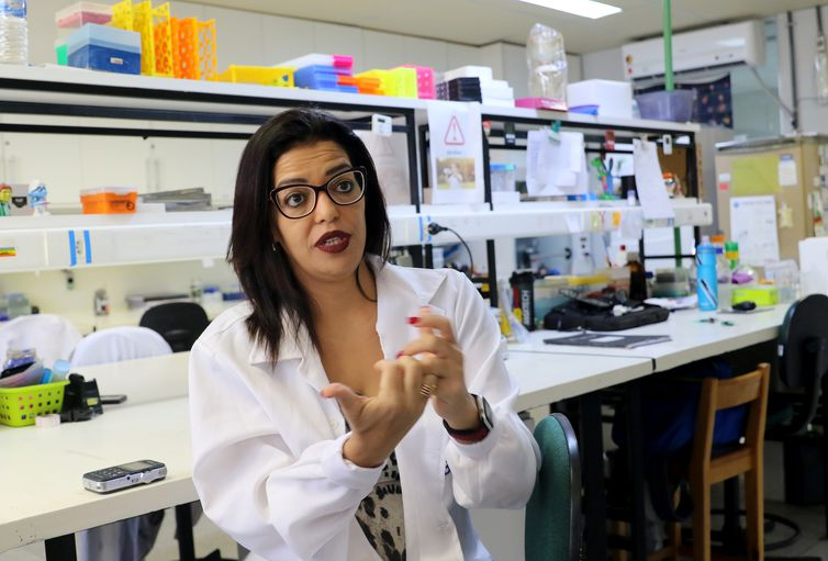 A Coordenadora do Laboratório de Imunologia e Inflamação da UnB (Limi/UnB), Kelly Magalhães, fala sobre  a eficácia do uso de ômega-3 no combate a inflamação dos neurônios humanos e redução da carga viral do vírus Zika
