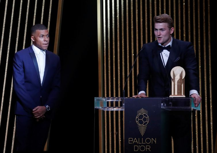 Futebol Futebol - Os prêmios Ballon d'Or - Theatre du Chatelet, Paris, França - 2 de dezembro de 2019 Kylian Mbappe do Paris St Germain com o vencedor do troféu Kopa Juventus 'Matthijs de Ligt REUTERS / Christian Hartmann