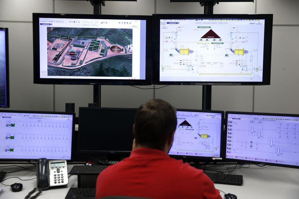 Sala de controle e monitoramento de acidentes da mineradora Samarco.