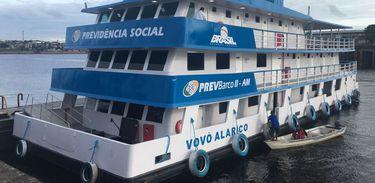 Barco da Previdência Social oferece serviços em São Paulo de Olivença (AM)