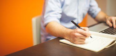 Homem estudando em notebook