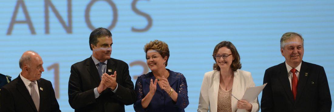 Brasília - A presidenta Dilma Rousseff participa da cerimônia de entrega do Prêmio Direitos Humanos 2013, durante o Fórum Mundial de Direitos Humanos.