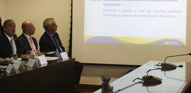 O ministro-chefe da Casa Civil, Onyx Lorenzoni, apresenta no Palácio do Planalto, as trinta e cinco  metas prioritárias dos primeiros cem  dias de governo