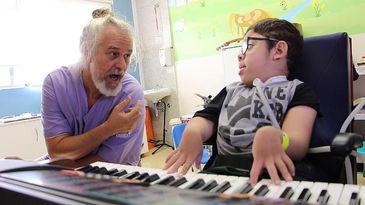 Cláudio Vinícius Fialho e Eltinho durante sessão de musicoterapia