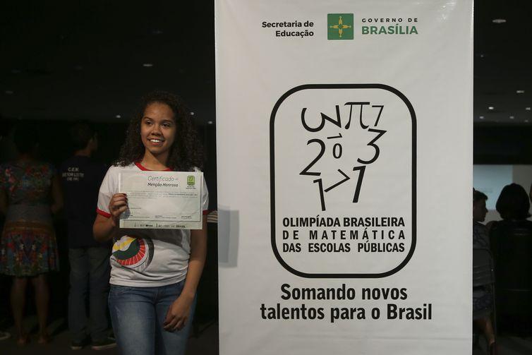 Brasília - A aluna Priscila Mariana de Aguiar Lima recebe o certificado de Menção Honrosa, por participar da Olimpíada Brasileira de Matemática das Escolas Públicas (Elza Fiuza/Agência Brasil)