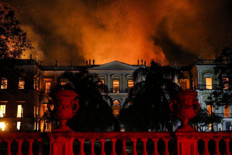 Um incêndio de proporções ainda incalculáveis atingiu, no começo da noite deste domingo (2), o Museu Nacional do Rio de Janeiro, na Quinta da Boa Vista, em São Cristóvão, na zona norte da capital fluminense