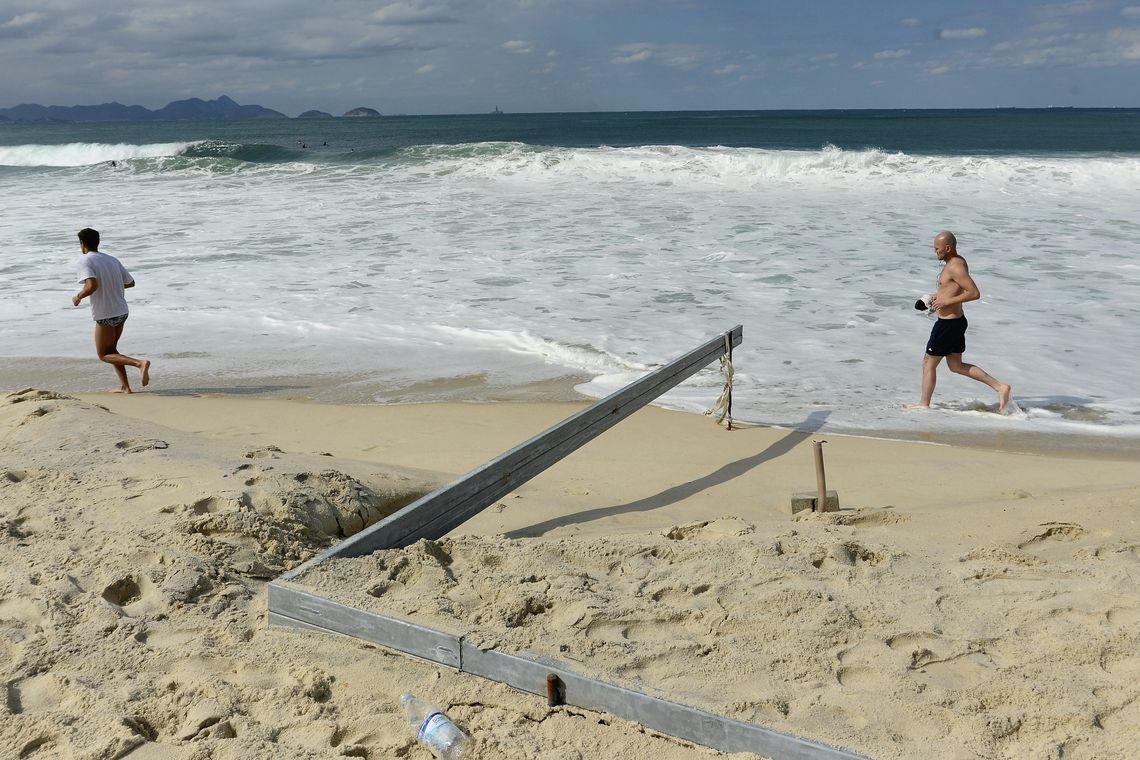 Rio de Janeiro - Outra instalação para os Jogos que está sendo erguida na Praia de Copacabana é um estúdio provisório para captação de imagens de esportes aquáticos. A estrutura sofreu os efeitos da forte ressaca observada ontem (11) na