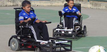 Larah e Guilherme, de sete e oito anos, são jogadores do time Power Soccer Rio de Janeiro, e participaram da reportagem sobre o Dia das Crianças do Programa Especial.