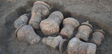 """Arqueólogos  do Instituto Mamirauá descobrem """"cemitério"""" na Amazônia com urnas funerárias indígenas que podem ter mais de 500 anos."""