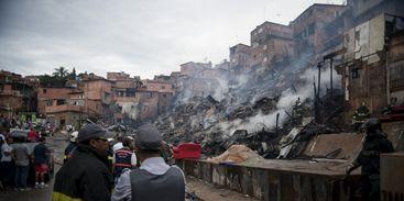 Não há informações sobre vítimas. O Corpo de Bombeiros realiza agora a operação rescaldo para conter novos focos de incêndio.