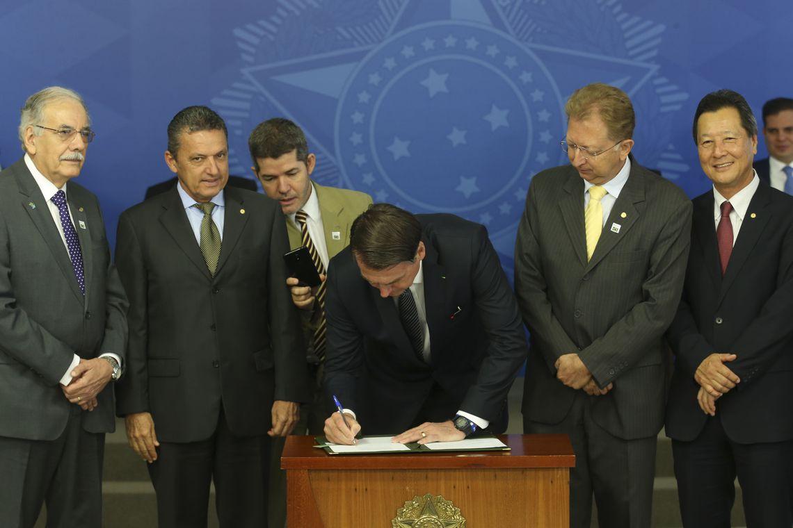 O Presidente Jair Bolsonaro preside a Solenidade de Assinatura do Decreto que revoga o Horário de Verão.