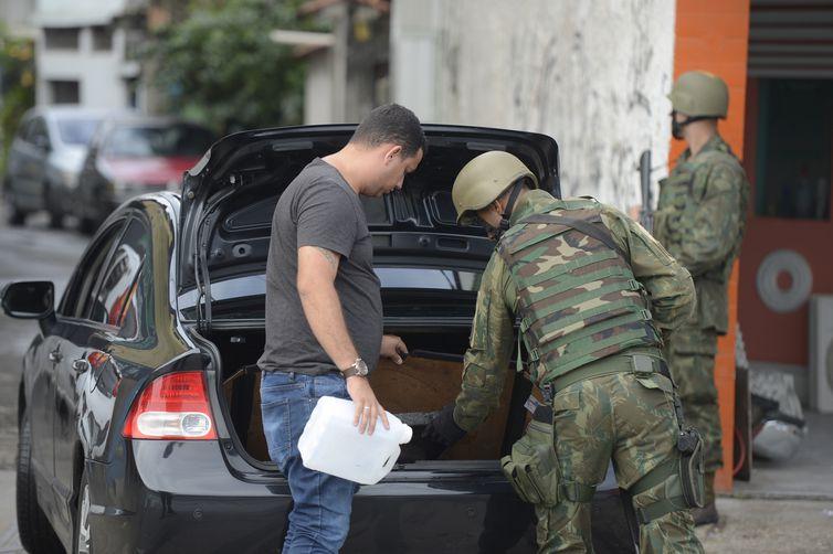 Forças Armadas e policiais fazem operações na comunidade da Gardênia Azul, região de Jacarepaguá, na zona oeste do Rio de Janeiro.