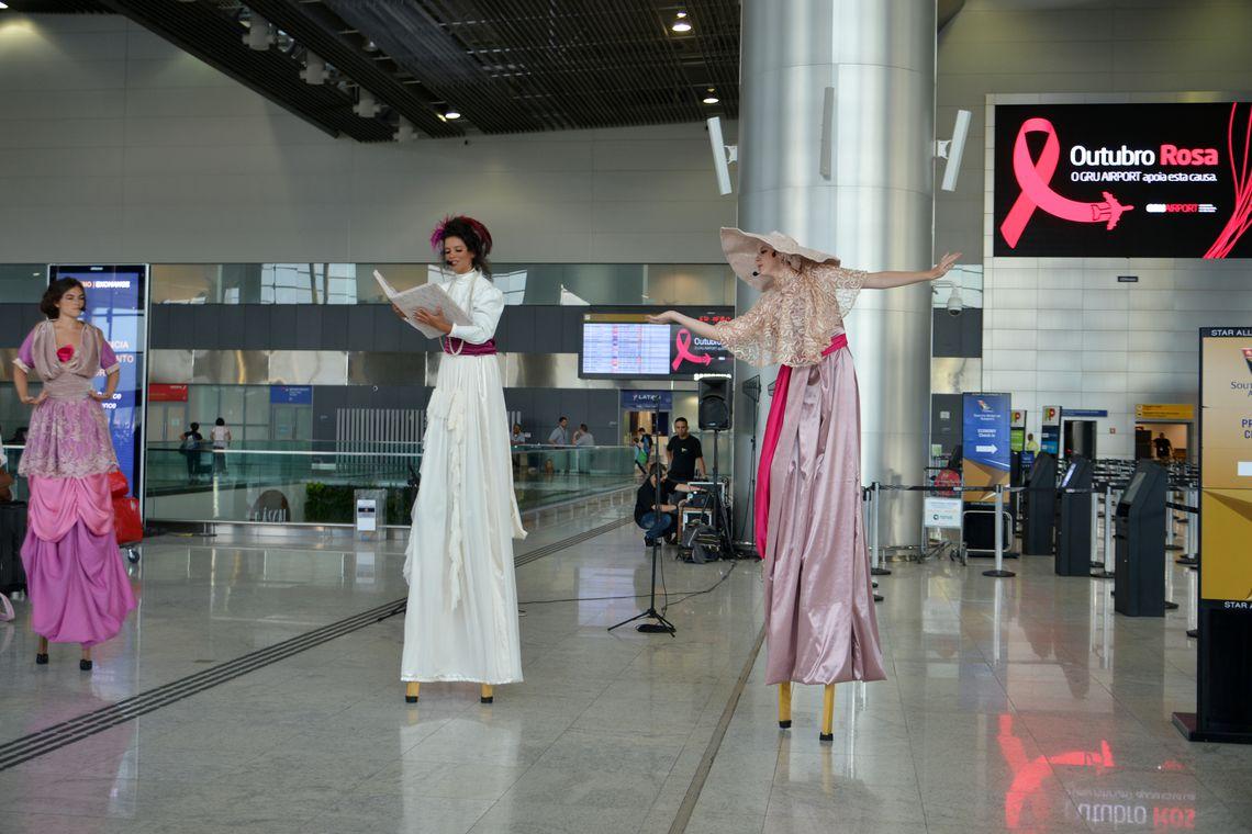 São Paulo - Artistas em pernas de pau e médicos do Hospital Pérola Byington fazem alerta para a prevenção do câncer de mama no Aeroporto de Guarulhos (Rovena Rosa/Agência Brasil)