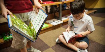 Crianças leem em livraria de São Paulo