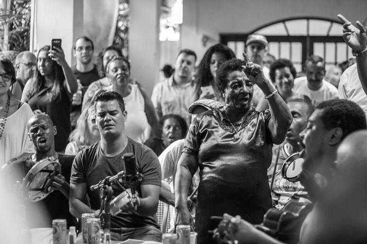 Dona Leda canta na roda de samba que homenageou o centenário do sambista Silas de Oliveira (Juliana Vitulskis/Direitos reservados)
