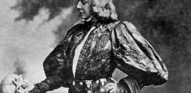 Atriz Sarah Bernhardt interpreta Hamlet
