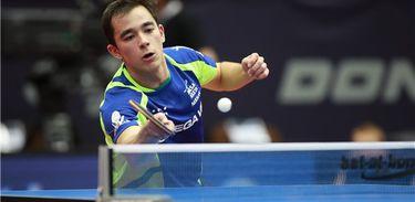 Hugo Calderano estreia na noite de sexta ou madrugada de sábado. Crédito: ITTF.