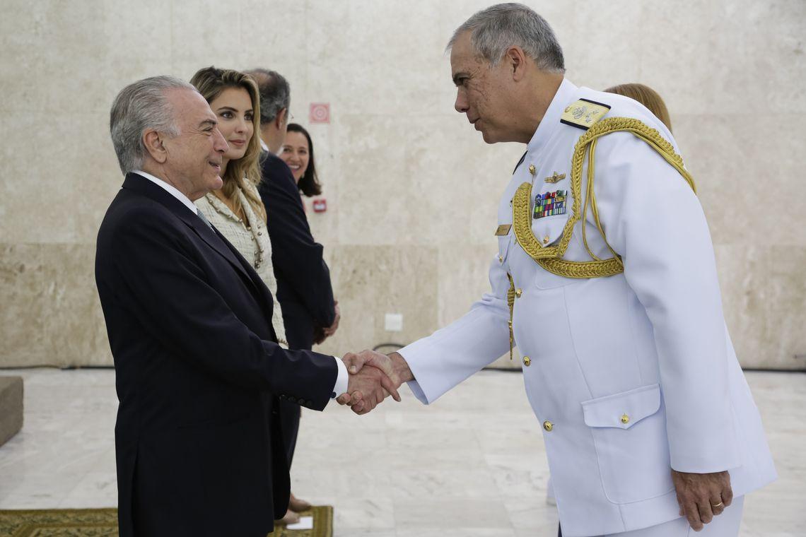 Brasília - Presidente Michel Temer e a primeira-dama Marcela Temer, recebem cumprimentos de oficiais-generais promovidos. Participa do encontro o ministro da Defesa, Raul Jungamnn ( Marco Corrêa/PR)