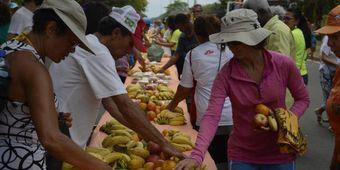 Mesa com 1 quilômetro de extensão oferece alimentos doados por entidades diversas