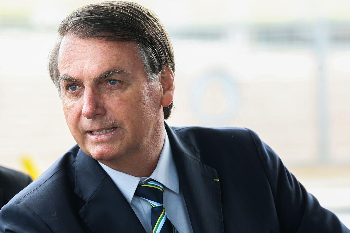 Presidente Jair Bolsonaro cumprimenta turistas no Palácio da Alvorada
