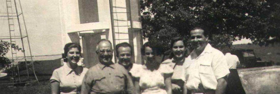 Fotografia de João Belchior Marques Goulart, deputado federal eleito, Getúlio Dornelles Vargas, presidente da República eleito, e Manoel Antônio Sarmanho Vargas em uma fazenda no sul do país - – 1951