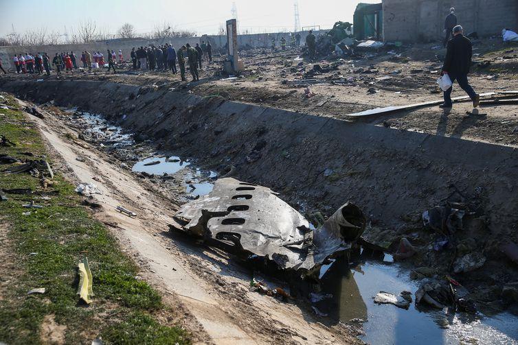 Restos de um avião pertencente à Ukraine International Airlines, que caiu após decolar do aeroporto Imam Khomeini no Irã, são vistos nos arredores de Teerã, no dia 8 de janeiro de 2020. Nazanin Tabatabaee / WANA (Agência de Notícias da Ásia